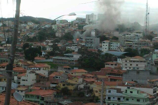 Fumaça assustou moradores da cidade (Foto: Vanguarda Repórter/Alexandre Toledo)
