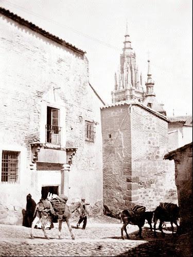 Entrada al Pasadizo de Balaguer hacia 1910. Fotografía de D. Pedro Román Martínez