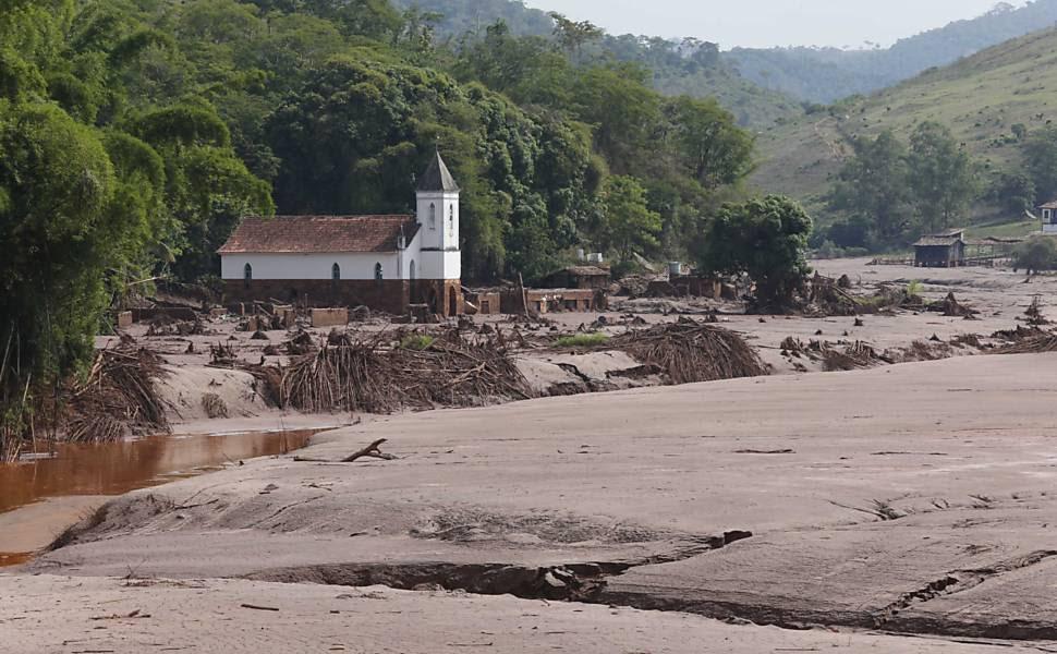 Marcas de lama do povoado de Gesteira, que foi arrasada pelo mar de lama, próximo a Barra Longa; a cidade está isolada porque as pontes caíram