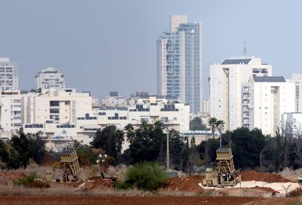 Sistema antimísseis israelense é visto em Tel Aviv (Foto: AFP)