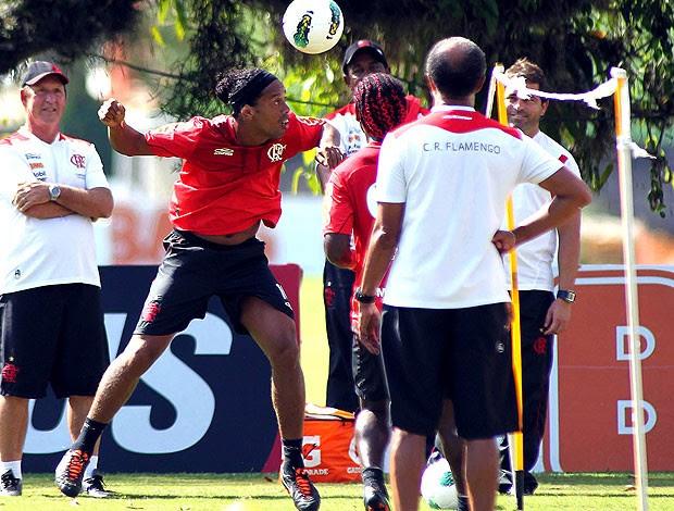 Ronaldinho Gaúcho jogando futvôlei no treino do Flamengo (Foto: Maurício Val / Vipcomm)