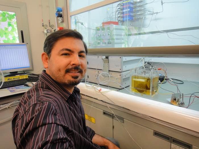 El investigador Gabriel Luna explicó cómo por medio de la hidrólisis puede generarse energía para consumo diario. Foto: Conacyt