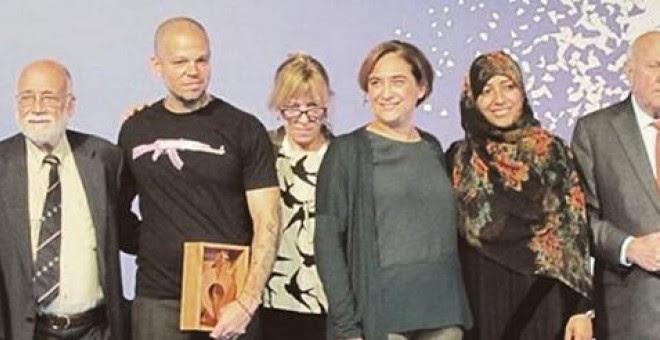 René Pérez Joglar junto al comité de Premios Nobel de la Paz, que le otorgó un galardón por su labor social, junto a Ada Colau y Arcadi Oliveres en Barcelona.-FACEBOOK