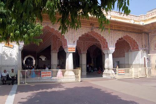 Alle sind im Tempel und hören zu, links vor dem Tempel ist eine Bank