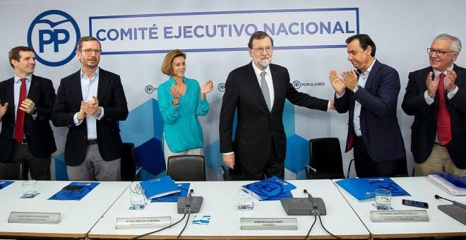 Mariano Rajoy recibe el apluso de los dirigentes del PP tras anunciar ante el Comité Ejecutivo Nacional del partido que deja la Presidencia de la formación. EFE/Tarek
