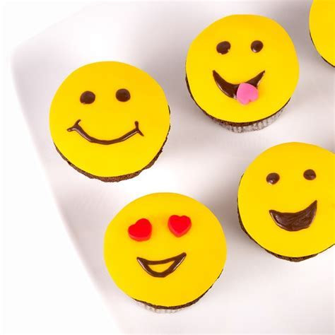 Smiley Cupcakes from muffins with fondant faces   Frutiko