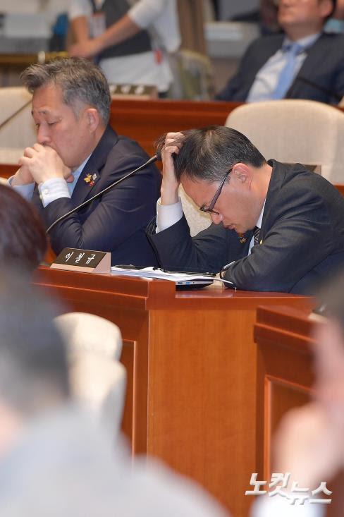 의원총회 참석한 더불어민주당 박주민-표창원 - 노컷뉴스