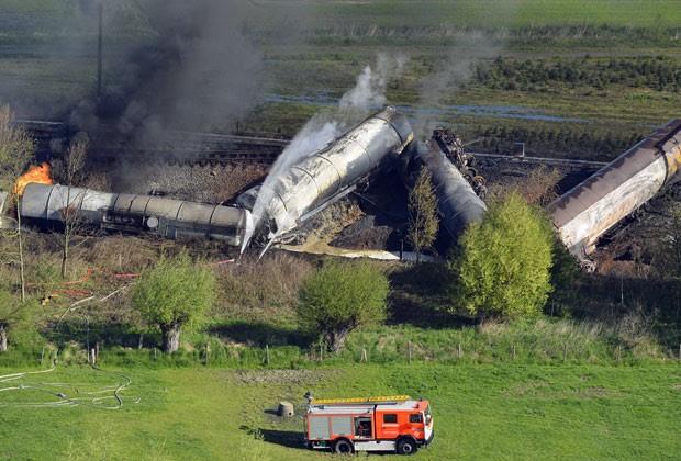 Duas pessoas morreram após trem descarrilar e pegar fogo na Bélgica (Foto: Benoit Doppagne/Belgium Out/AFP)