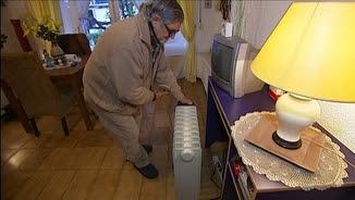 Un home endollant una estufa