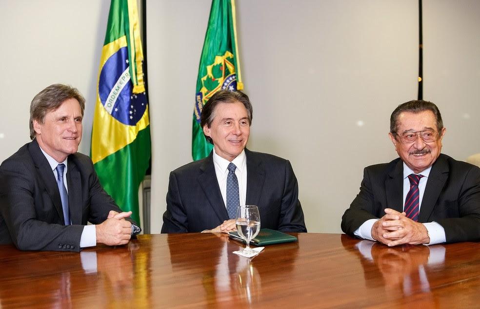O presidente da República em exercício, senador Eunício Oliveira (PMDB-CE), entre os senadores Dário Berger (esquerda) e José Maranhão (direita), no gabinete da Presidência da República, no Palácio do Planalto (Foto: Alan Santos/PR)