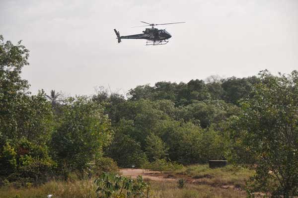 Helicóptero do GTA sobrevoa o matagal em busca dos bandidos