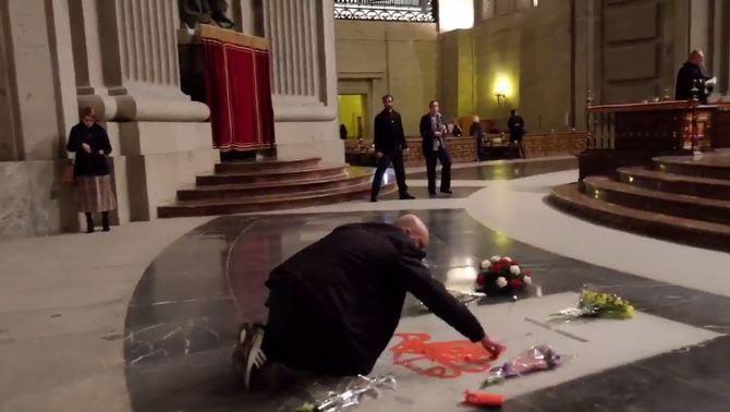 L'escultor Enrique Tenreiro, aquest dimecres pintant la tomba de Franco