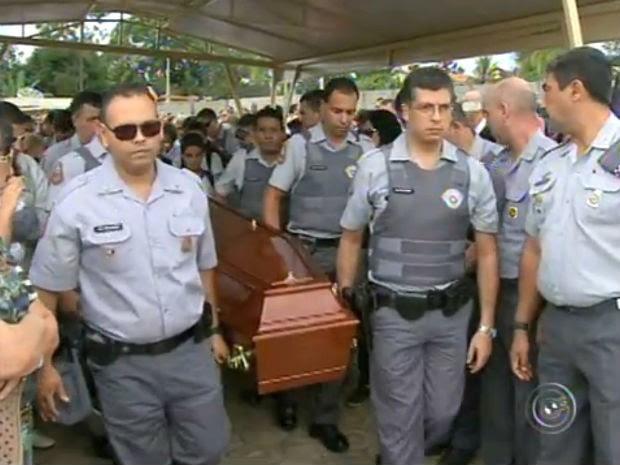 Emoção e honrarias marcam enterro de PM morto em emboscada em Sorocaba (Foto: Reprodução/TV TEM)