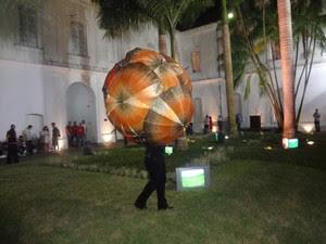 Artista durante performance no Arte Pará 2012 (Foto: Gil Sóter/G1)