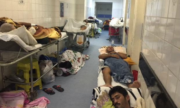 Pacientes São atendidos no corredor da Unidade de Saúde / Foto: Reprodução / TV Jornal.