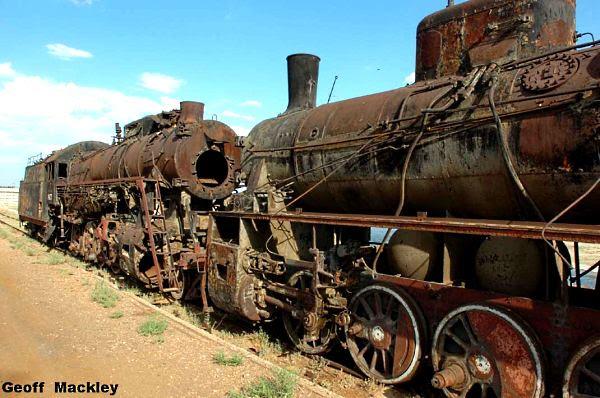 Trem estacionado no mar de Aral