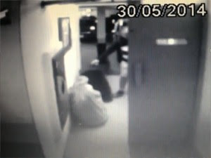 Suspeito levou saco e mala em carro (Foto: Reprodução/TV Globo)