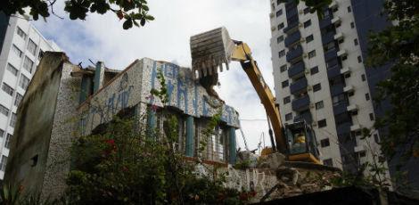 Em julho do ano passado, a Justiça determinou a reconstrução do Caiçara, na Avenida Boa Viagem, Zona Sul do Recife, devolvendo ao prédio as mesmas característica de antes da demolição / Foto: Bobby Fabisak/JC Imagem