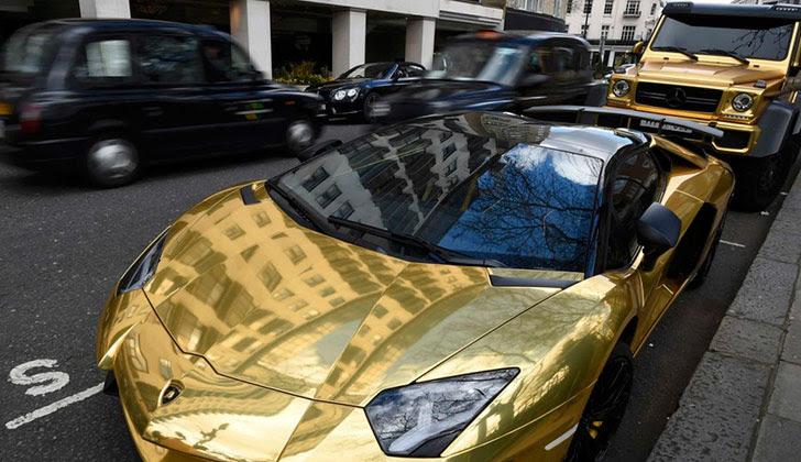 Billonario árabe lleva su flota de autos bañada en oro a Londres, donde recorre la ciudad disfrutando sus vacaciones.
