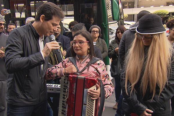 Solange Almeida se disfarça para surpreender fã no Domingo Legal