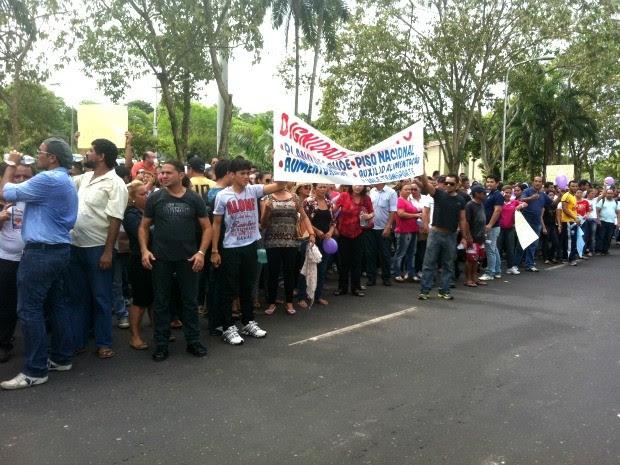 Manifestantes se concentraram na rua com bandeiras, faixas e carros de som tocando (Foto: Camila Henriques/G1 AM)