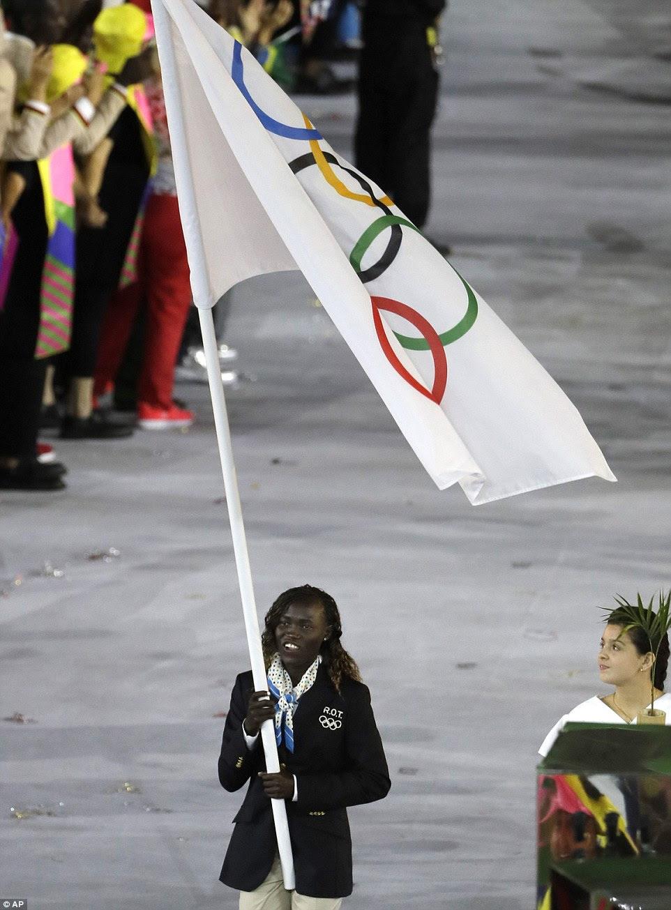 Runner Rose Lokonyen Nathike carrega a bandeira da equipe olímpica para os Refugiados durante a cerimônia de abertura