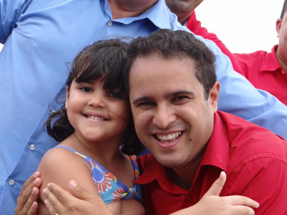 Edivaldo Jr. recebendo o carinho de uma criança.