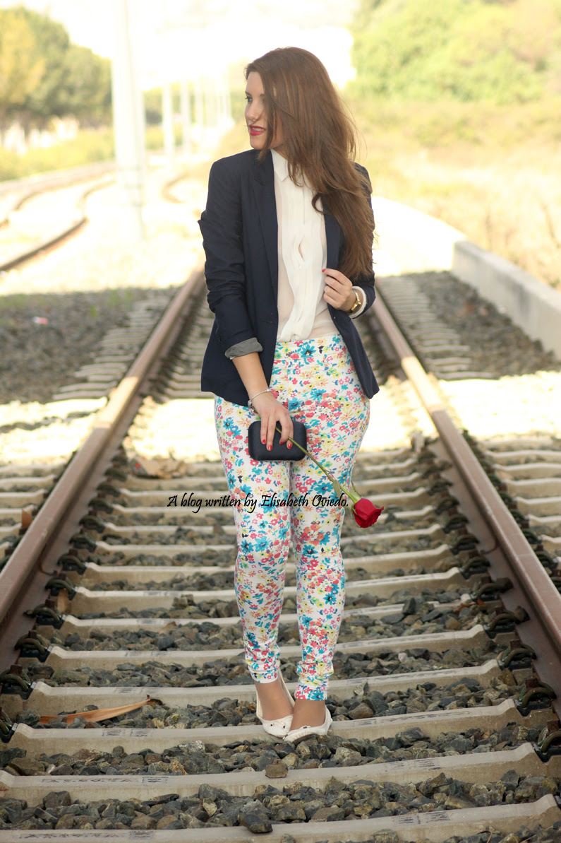 pantalones-florales-y-blazer-azul-HEELSANDROSES-(2)