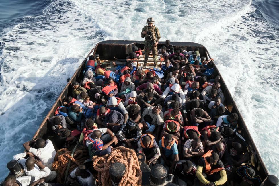 Operación de rescate en aguas libias de una embarcación con 147 personas que intentaban llegar a Europa.