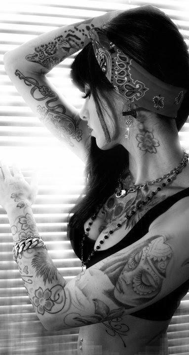 Garotas morenas tatuadas (23)