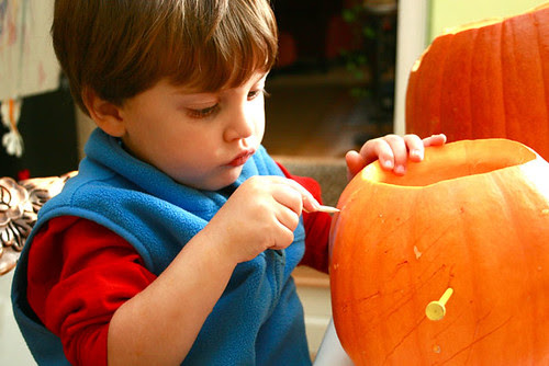 Kestan carving pumpkin