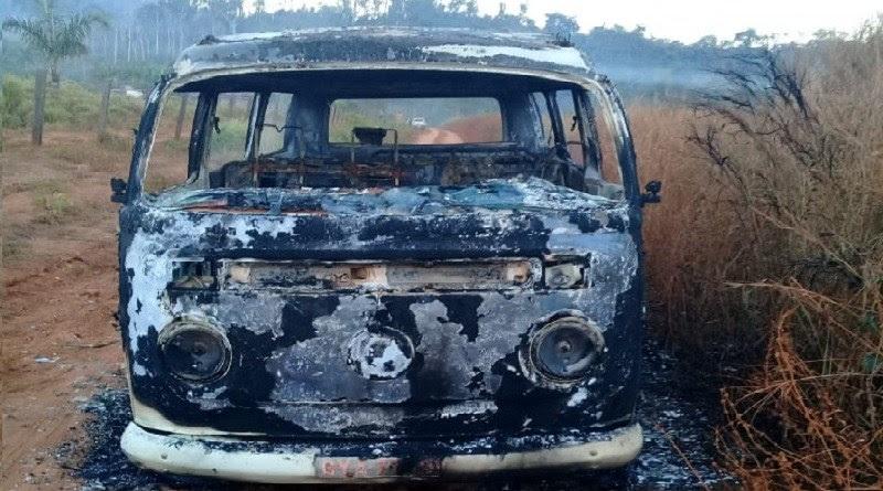 Veículo de transporte escolar pega fogo na estrada de Assentamento em Novo Progresso