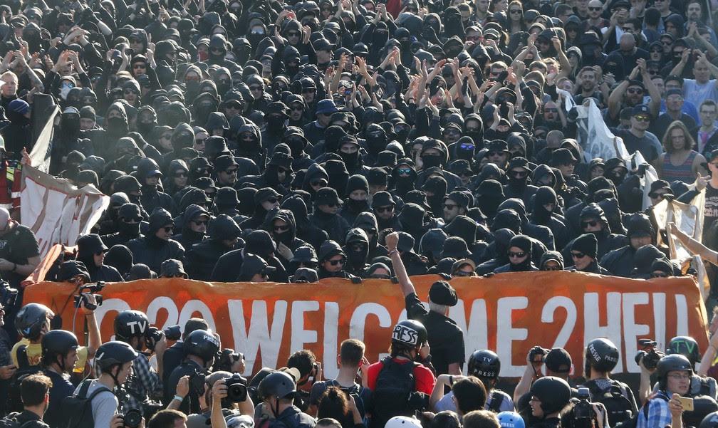 Faixa com o tema do protesto: 'G20 Bem-vindos ao inferno' (Foto: Michael Probst/AP)