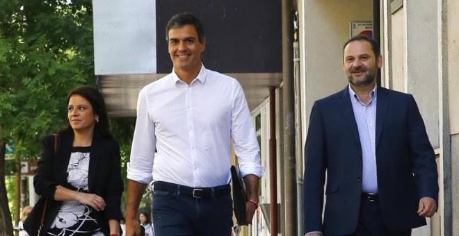 Pedro Sánchez (c), reelegido en primarias como secretario general del PSOE, acompañado por los diputados Adriana Lastra y José Luis Ábalos, a su llegada esta mañana a la sede del partido.    J.P. GANDUL