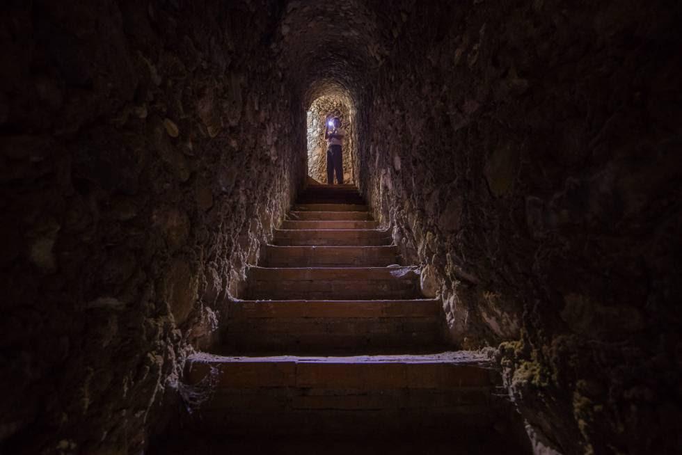 Parte de los 200 escalones que sale a la ladera la Alhambra, buscando el río Darro. El último tramo está sepultado por un derrumbe de la colina en 1907.