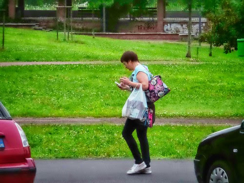 #Lei e il suo mobile phone al parco by Ylbert Durishti