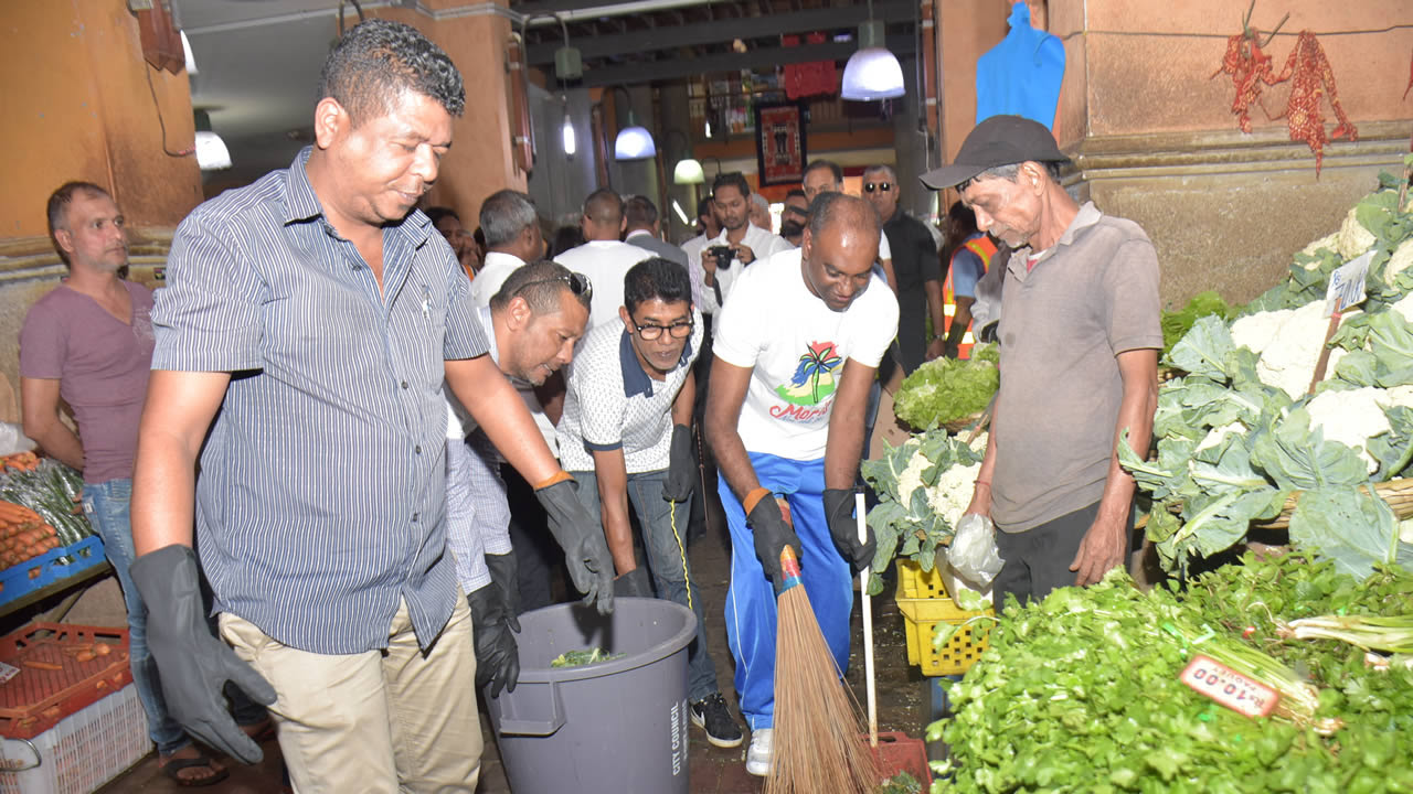 Le lord-maire a procédé au nettoyage du Marché central.