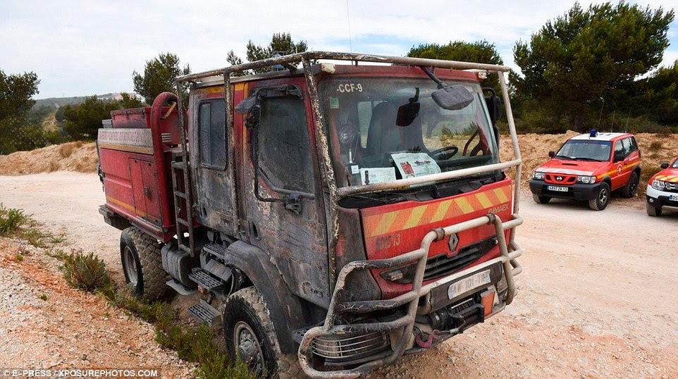 Quatro bombeiros ficaram feridos quando seu veículo ficou preso pelas chamas, mas eles conseguiram escapar