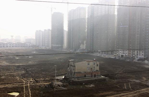 Foto de 2013 mostra casa que não foi demolida em canteiro de obras em Xiangyang, na província de Hubei (Foto: Reuters)