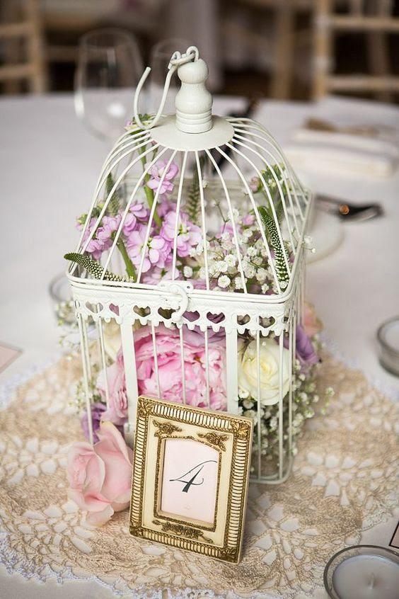 ein weißer Käfig mit üppigen Blumen, die von weiß, rosa und lila Farbe für ein süßes vintage-Hochzeit