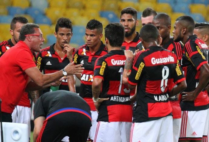 Luxemburgo orienta os jogadores durante a parada técnica (Foto: Gilvan de Souza / Flamengo)