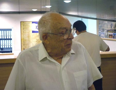 78 Year Old Man Menaces the Olmert / Peres Government