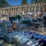 ECOESCUELA. Entre los  materiales reciclados que se usaron figuran 2.000 neumáticos y 5.000 botellas de vidrio.