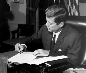 Kennedy firma la orden de bloqueo naval a Cuba