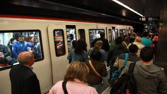 Imatge de l'andana de l'estació del metro de la Diagonal el dia 24 d'abril del 2017 a primera hora del mati coincidint amb la vaga per la negociació del conveni col·lectiu
