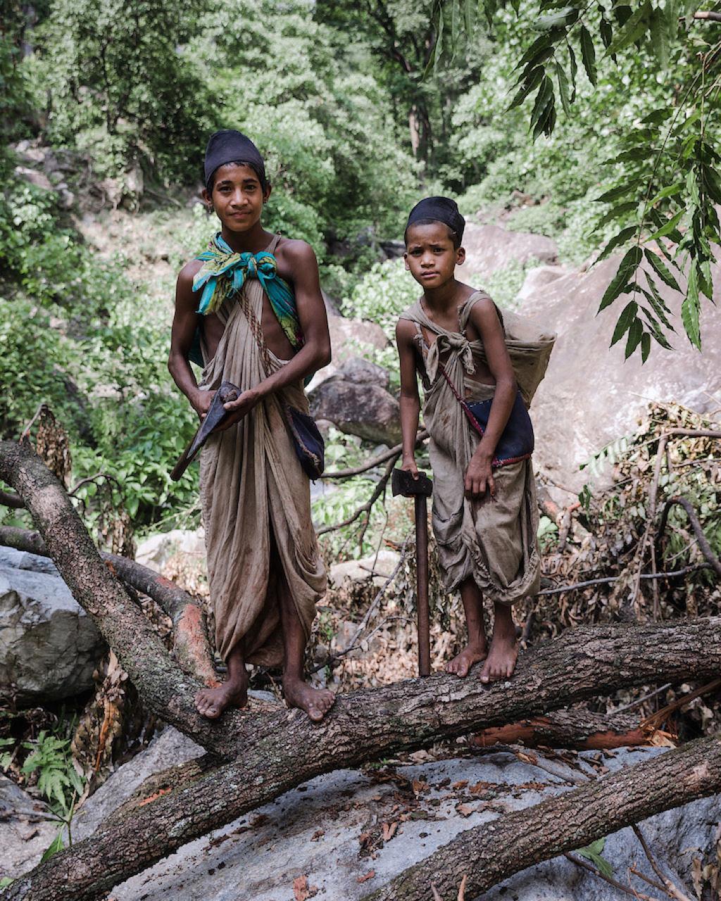 Fotógrafo documenta os últimos caçadores-coletores de tribo do Himalaia 11