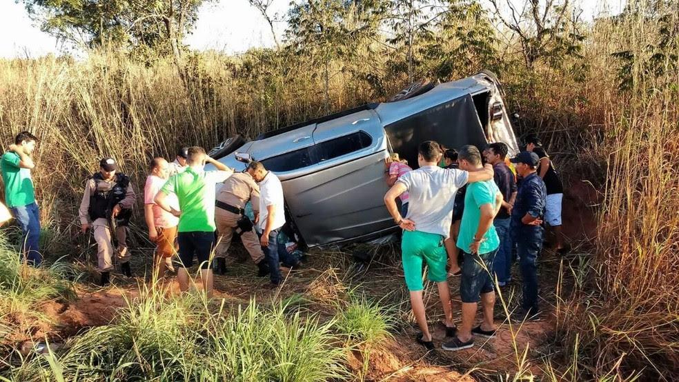Carro capotou e saiu da pista após colisão perto de Araguaína (Foto: Divulgação)