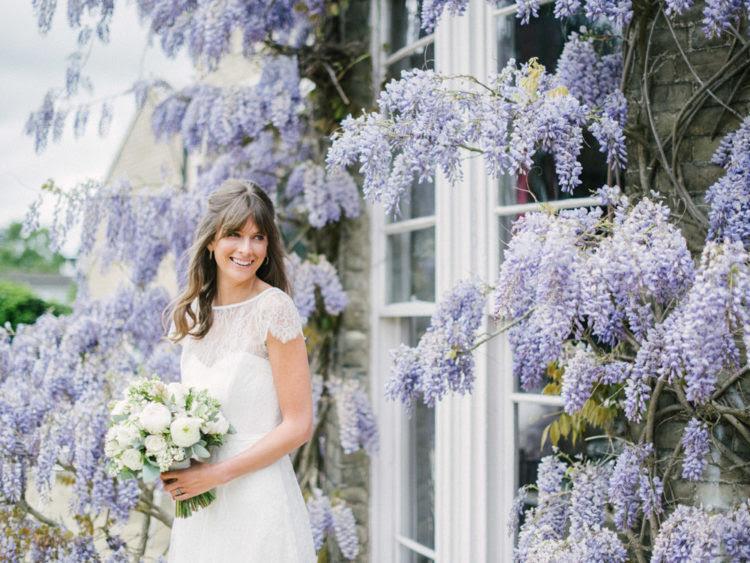 Diese entzückende Hochzeit Shooting fand in einem schönen Ort mit viel wisteria