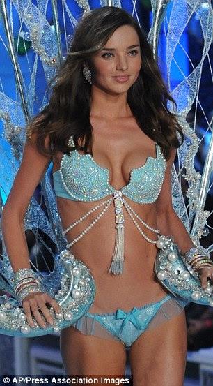 Bejeweled belezas: Em 2006, Karolina modelo de sutiã da fantasia Victoria Segredo valor de US $ 6,5 milhões famoso, Miranda Kerr, à direita, modelado a versão deste ano do sutiã, o turquesa Fantasia Bra Treasure valor de US $ 2,5 milhões
