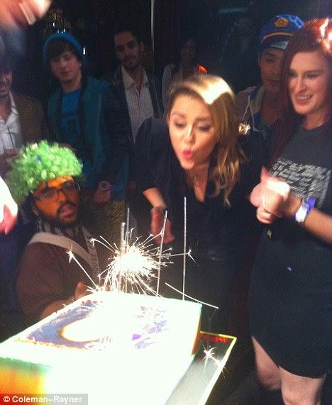 Aniversariante: Miley Cyrus comemorou completar 19 anos na terça-feira no Beacher da Madhouse clube no Hotel Roosevelt em Hollywood, amigo Rumer Willis (R)